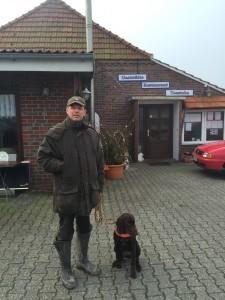 Hundeführer vorm Suchenlokal