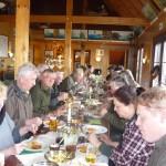 Teilnehmer beim Mittagessen